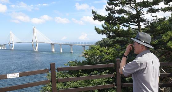 문재인 대통령이 30일 경남 거제시 저도를 찾아 산책로 전망대에서 바다를 바라보고 있다. 청와대사진기자단