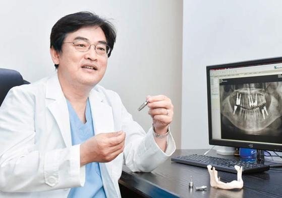웅플란트치과의원 박기웅 원장(바이컷 개발자)이 임플란트 세대별 구조에 따른 장단점을 설명하고 있다. 프리랜서 인성욱