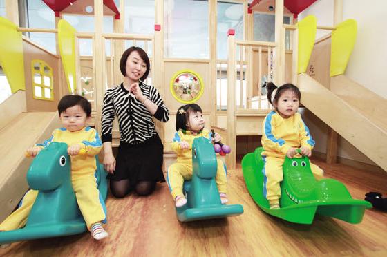 LG그룹은 임직원 가정을 세심하게 챙기는 '가족친화경영'을 통해 일과 삶의 균형을 맞출 수 있도록 적극적으로 배려하고 있다. 사진은 서울 LG광화문빌딩 어린이집에서 어린이들이 놀이를 통해 교구 활동을 하는 모습. [사진 LG그룹]