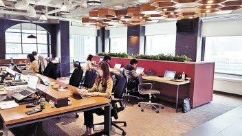 SK그룹은 지난 4월부터 서울 서린사옥에서 구성원들이 원하는 좌석에 자유롭게 앉을 수 있는 공유 오피스를 운영하고 있다. 사내 애플리케이션으로 좌석 및 회의실을 예약한 뒤 출근하면, 예약 좌석에 전자 명패가 나타난다.  [사진 SK그룹]