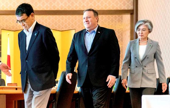 강경화 외교부 장관, 마이크 폼페이오 미 국무장관(오른쪽 두번째), 타로 고노 일 외무장관[AFP=뉴스1]