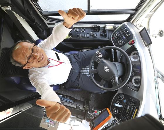김포교통 버스 기사로 근무하는 김영대씨는 올해 61세다. 서울 버스회사의 정년이 63세로 늘어나 2년 더 정규직으로 일할 수 있게 됐다. 임현동 기자