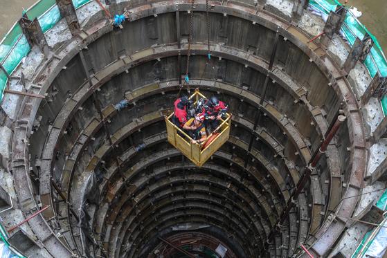 중부지방에 기습적인 폭우가 내린 31일 서울 양천구 목동 빗물펌프장에서 근로자 3명이 고립돼 1명이 숨지고 2명이 실종됐다. 우상조 기자