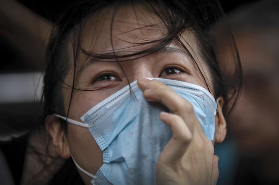 31일 홍콩의 한 여성이 동부법원 인근에서 경찰의 시위대 기소를 비난하며 눈물을 흘리고 있다. [AP=연합뉴스]