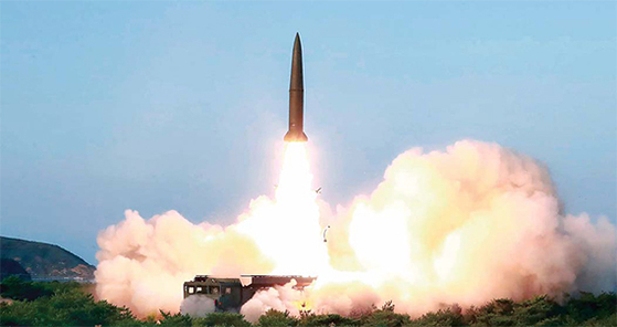 지난 26일 북한 관영 매체인 조선중앙통신은 김정은 국무위원장이 신형 전술유도무기의 '위력시위사격'을 직접 지도했다고 보도했다. [연합뉴스]