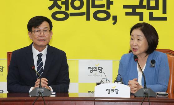 정의당 심상정 대표가 31일 오후 국회에서 김상조 청와대 정책실장의 예방을 받고 인사말을 하고 있다. [연합뉴스]