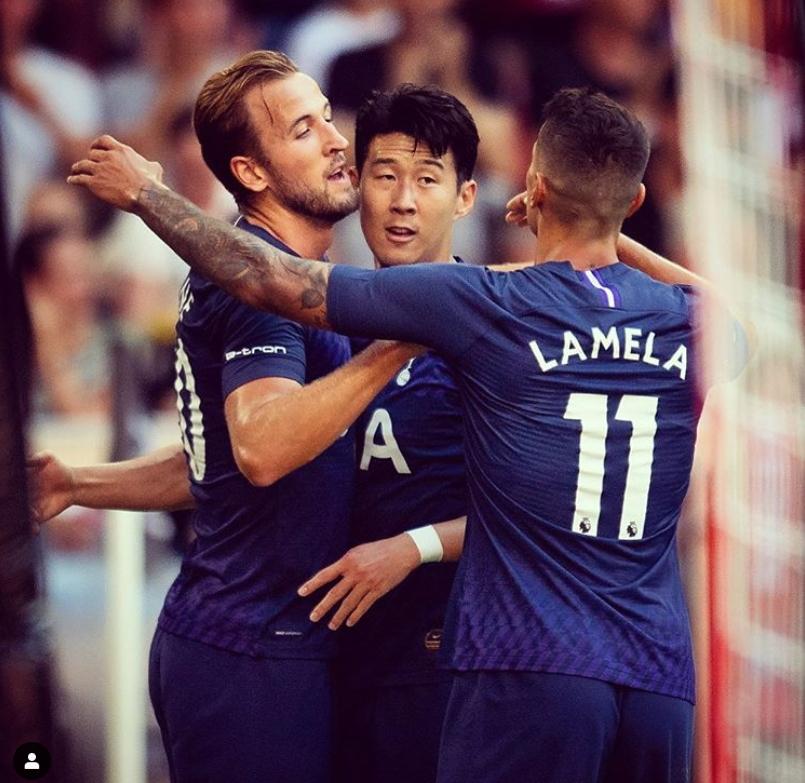 잉글랜드 토트넘 공격수 손흥민(가운데)이 31일 아우디컵 경기 중 팀동료 케인(왼쪽), 라멜라(오른쪽)과 포옹하고 있다. [사진 토트넘 인스타그램]