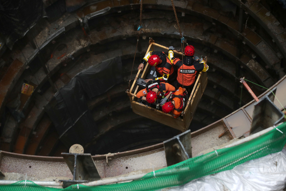 중부지방에 갑작스러운 폭우가 내린 31일 오전 서울 양천구 목동 빗물펌프장에서 작업자 3명이 고립되는 사고가 발생, 소방관계자들이 구조작업을 펼치고 있다. 작업자 1명은 사망했다. 우상조 기자