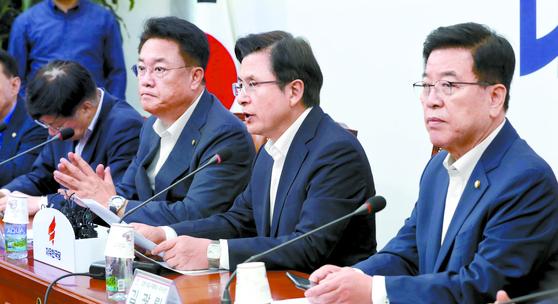 황교안 자유한국당 대표(오른쪽)가 30일 국회에서 열린 '제2차 일본 수출규제대책특위 회의'에서 발언하고 있다. 왼쪽은 특위위원장을맡은 정진석 의원. 임현동 기자