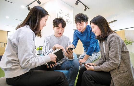 삼성전자-서울대 공동연구소에 위치한 C랩 라운지에서 C랩 과제 참여자들이 이야기를 나누고 있다. C랩은 삼성전자 내 창의적 문화 확산과 사업 아이디어 발굴·지원을 위해 도입됐다. [사진 삼성전자]