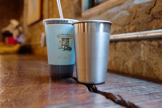 '프맃 커피 컴퍼니'의 아이스커피. 요즘처럼 무더운 여름날엔 컵 표면에 하얗게 성에가 낄 만큼 차가운 아이스커피 한 잔이 생각난다. [사진 서정민 기자]