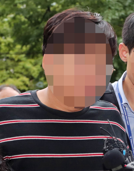 정의당 윤소하 의원실에 협박 편지 등이 담긴 소포를 보낸 혐의로 체포된 유모 서울대학생진보연합 운영위원장이 영장실질심사를 받기 위해 31일 오전 서울 남부지방법원으로 들어서고 있다. [연합뉴스]