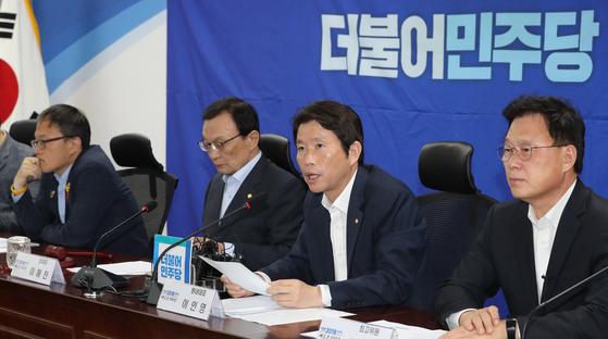더불어민주당 이인영 원내대표가 31일 오전 국회 의원회관에서 열린 확대간부회의에서 발언하고 있다. [연합뉴스]