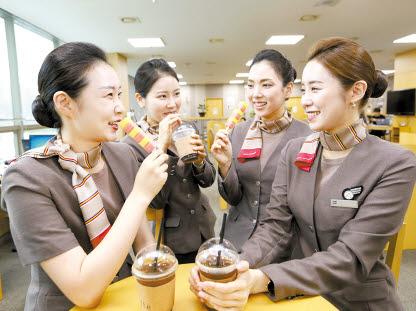 아시아나항공은 매년 여름, 직원의 사기를 높이고자 현장 곳곳에 냉동고를 설치해 언제든 아이스크림을 즐길 수 있도록 하고 있다.  [사진 아시아나항공]