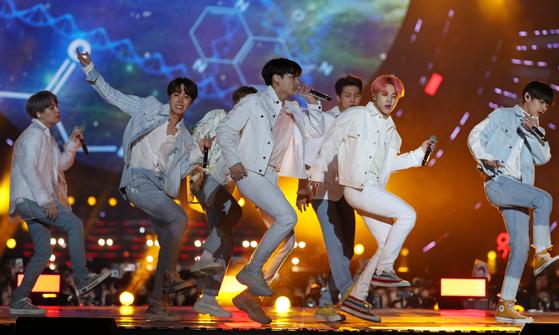 방탄소년단(BTS)이 지난 4월 28일 광주월드컵경기장에서 열린 '2019 광주 FINA 세계수영선수권대회 성공 기원-SBS 슈퍼콘서트' 무대에 올라 공연하고 있다. [연합뉴스]