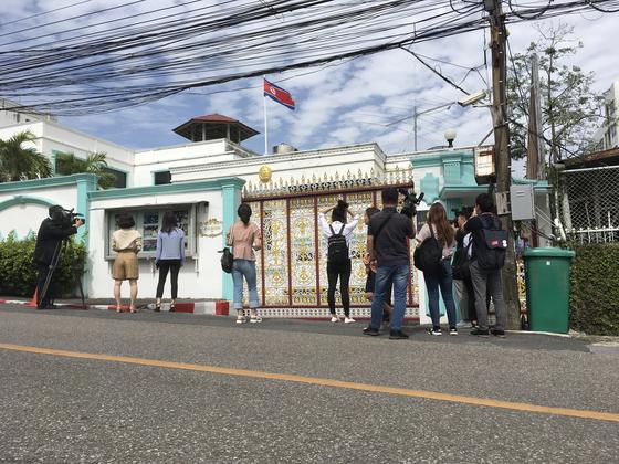 """태국 방콕 수안루왕에 있는 주태국 북한 대사관. 기자들이 벨을 누르자 대사관 직원이 나와 """"일하기 힘드니 누르지 마라""""고 말했다."""