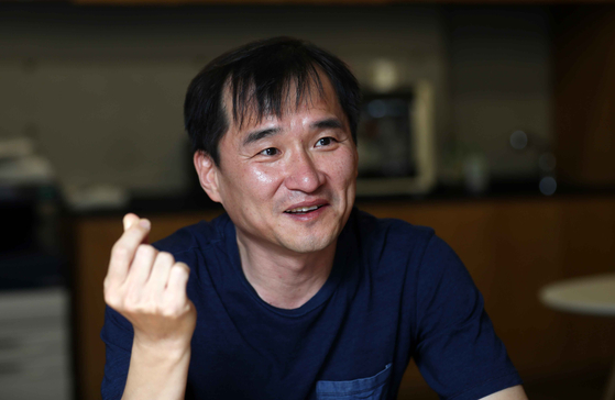 """김연수 작가는 ' 문학은 세상을 다른 시선으로 볼 수 있게 한다""""고 말했다. 김상선 기자"""