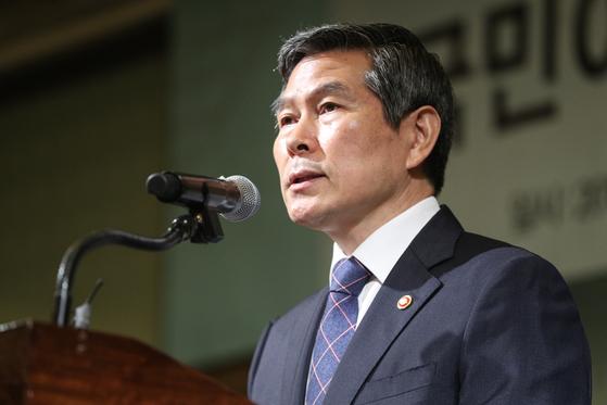 정경두 국방부 장관이 31일 오전 서울 중구 웨스틴조선 호텔에서 열린 KIDA 국방포럼에서 기조연설을 하고 있다. [뉴스1]