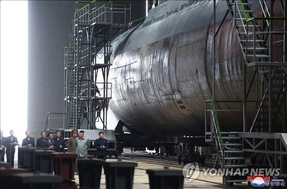 김정은 북한 국무위원장이 새로 건조한 잠수함을 시찰했다고 조선중앙통신이 지난 23일 보도했다. 중앙통신이 이날 홈페이지에 공개한 사진. [연합뉴스]