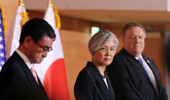 한-미-일 외교장관이 2018년 6월 서울 외교부 청사에서 공동기자회견을 하고 있다. 오른쪽부터 마이크 폼페이오 장관, 강경화 장관, 고노 다로 일본 외무대신. 김경록 기자