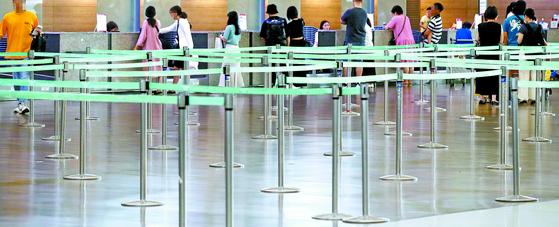 지난 28일 인천국제공항 1터미널, 한 국적 항공사의 일본행 탑승 수속 카운터가 한산하다. '일본여행 보이콧'이 영향을 미쳤다. [연합뉴스]