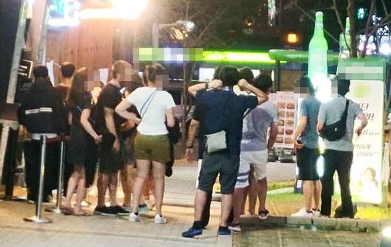 29일 저녁 광주광역시 서구 G클럽 앞에 손님들이 몰려들고 있다. 이곳은 지난 27일 붕괴사고로 27명의 사상자를 낸 C클럽의 업주 3명이 운영하는 유사한 형태의 클럽이다. 프리랜서 장정필