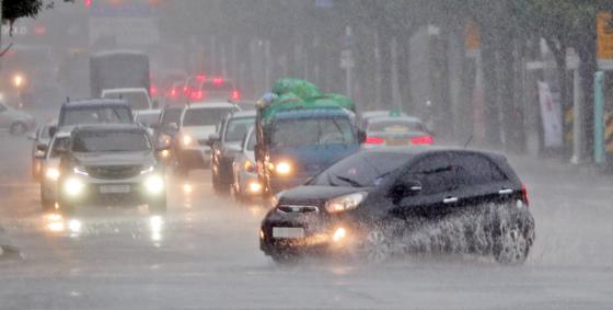 31일 호우주의보가 내려진 강원 춘천시 후평동에서 차량들이 물에 잠긴 도로를 지나고 있다. [연합뉴스]