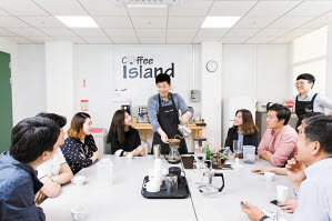 삼성전자는 인재 육성 프로그램과 일하기 좋은 환경 구축을 위해 다양한 사업을 추진하고 있다. 사진은 사내 커피 동호회가 전문가를 초빙해 커피에 대해 배우는 모습. [사진 삼성전자]