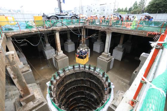 중부지방에 기습적인 폭우가 내린 31일 서울 양천구 목동 빗물펌프장에서 근로자 3명이 고립돼 구조대원들이 구조작업을 펼치고 있다. 이들은 지하 40m 저류시설 점검을 위해 내려갔다가 올라오지 못한 것으로 알려졌다. [뉴스1]
