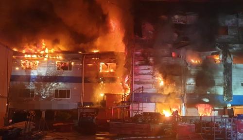31일 오전 2시20분께 부산 기장군의 한의원 건물에 불이 나 2개 동이 모두 불에 탔다. [연합뉴스]