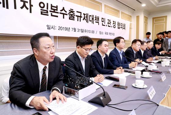 31일 국회에서 열린 '제1차 일본수출규제대책 민·관·정협의회'에서 박용만 대한상의 회장(왼쪽)이 인사말을 하고 있다. 임현동 기자