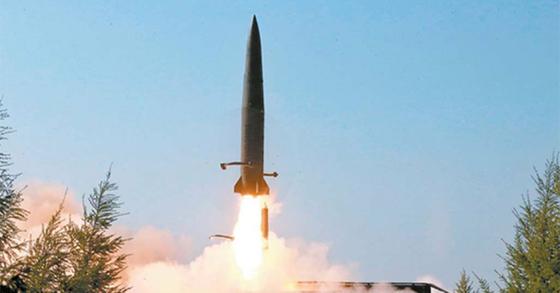 북한이 10일 공개한 지난 9일 '단거리 미사일' 발사 장면. 이동식 미사일 발사대가 4일엔 바퀴, 9일 엔 궤도 형태라는 점이 다를 뿐 발사체의 외형은 거의 흡사하다. [AP=연합뉴스]