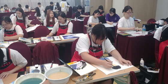 케이아트국제교류협회가 지난해 주최한 국제청소년예술축제에서 청소년들이 작품활동을 하고있다. [사진 국제교류협회]