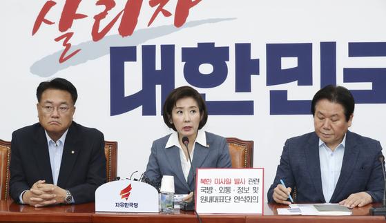 나경원 자유한국당 원내대표(가운데)가 31일 오전 국회에서 열린 당 연석회의에서 발언하고 있다. 임현동 기자