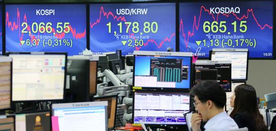 서울 중구 KEB하나은행 딜링룸 모니터에 증시와 환율 등 각종 거래 지수가 표시돼 있다. [연합뉴스]