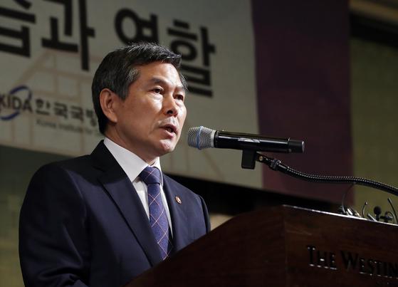 정경두 국방부 장관이 31일 오전 서울 웨스틴조선호텔에서 열린 제61회 KIDA 국방포럼에 참석해 기조연설을 하고 있다. 김경록 기자