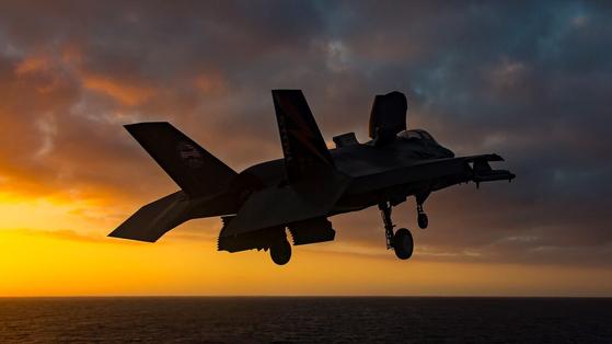 수직으로 착류 중인 F-35B. 일본은 수직이착륙이 가능한 F-35B 42대와 F-35A 105대 등 모두 147대의 F-35를 구입할 계획이다. [사진 록히드 마틴]