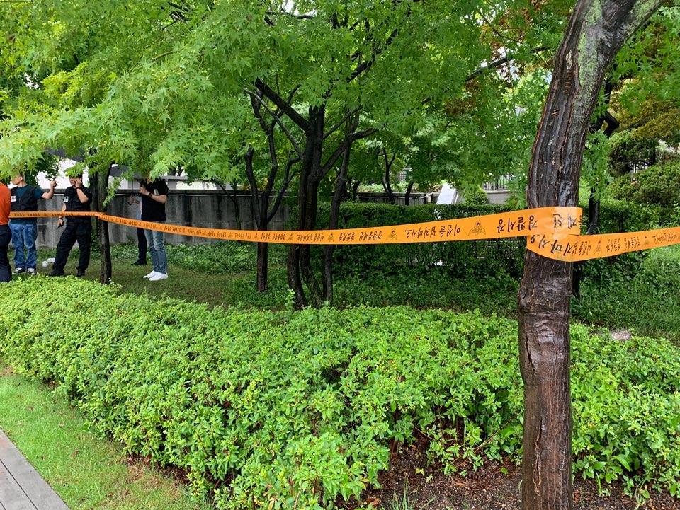 1일 서울 광화문 세종로 소공원 인근에 경찰 통제선이 설치돼 있다. 이날 오전 한 남성이 분신을 시도해 인근 병원으로 이송됐다. [연합뉴스]