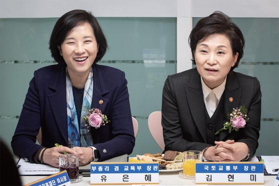 김현미 국토교통부 장관(오른쪽)과 유은혜 교육부총리는 일산을 지역구로 둔 국회의원이기도 하다. / 사진:연합뉴스