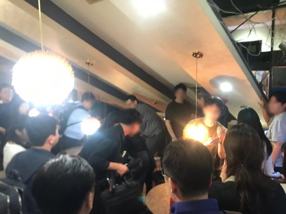 31일 오후 9시50분쯤 서울 강남구의 한 술집에서 손님과 종업원이 기울어진 천장을 받치고 있다. [사진 독자]