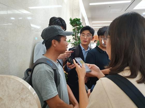 지난달 31일 목동 빗물펌프장 사고로 숨진 미얀마 출신 현대건설 협력업체 직원 M의 친구 쏘맹언이 1일 기자들의 질문에 답하고 있다. 신혜연 기자