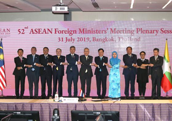 31일 태국 방콕에서 열린 아세안 외교장관회의에서 손잡은 아세안 장관들. [EPA=연합뉴스]