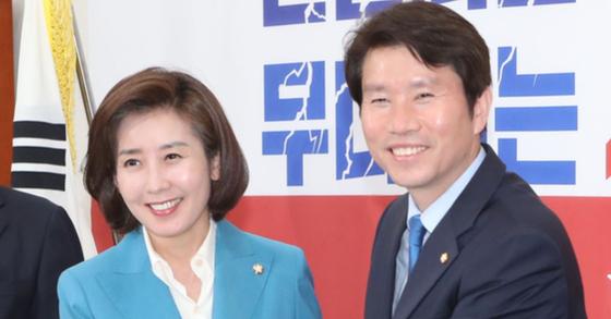 이인영 더불어민주당 원내대표(오른쪽)가 9일 나경원 자유한국당 원내대표를 예방해 악수하고 있다. 오종택 기자