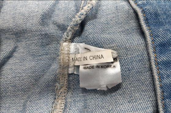중국에서 수입한 저가 옷에 '메이드 인 코리아'라고 쓰인 원산지 표식을 붙여 판매하는 '라벨갈이'가 성행하고 있다. [사진 서울시]