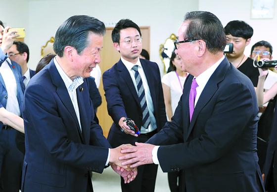 서청원 의원(오른쪽)이 31일 도쿄에서 야마구치 나쓰오 공명당 대표와 인사하고 있다. [연합뉴스]