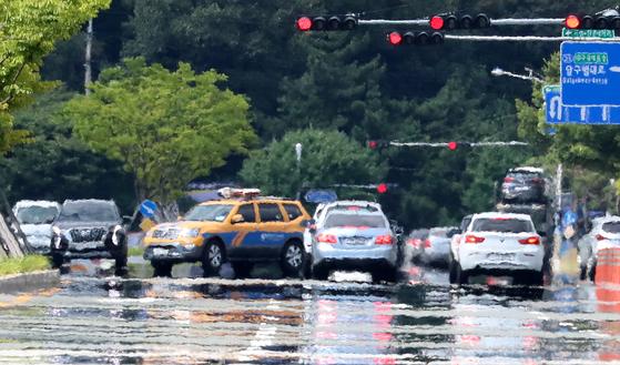 지난달 31일 폭염경보가 내려진 대구광역시 수성구 한 도로에 물을 뿌려놓은 듯 아지랑이가 피어오르고 있다. [뉴스1]