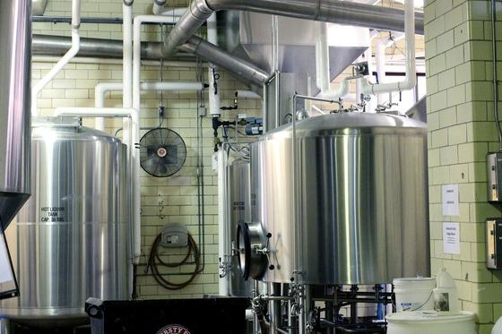 상업적인 목적으로 맥주를 만드는 것은 결코 쉬운 일이 아니다. 맥주가 유통되는 환경을 고려해 디자인하고, 대량 생산에 적합한 레시피를 짜야 한다. 사진은 맥주 양조장. [사진 pixabay]