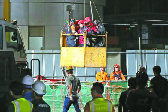 중부지방에 내린 폭우로 1일 새벽 서울 목동 빗물 펌프장에서 근로자 3명이 고립돼 구조대원들이 수색 및 구조작업을 벌였지만 3명 모두 숨진 채 발견됐다. [뉴스1]