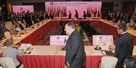 마이크 폼페이오 미국 국무장관이 2일 오전(현지시간) 태국 방콕 센타라 그랜드호텔에서 열린 동아시아정상회의(EAS) 외교장관회의에서 강경화 외교부 장관(앞줄 왼쪽 뒷모습)과 고노 다로 일본 외무상(오른쪽) 옆으로 지나가고 있다. [뉴시스]
