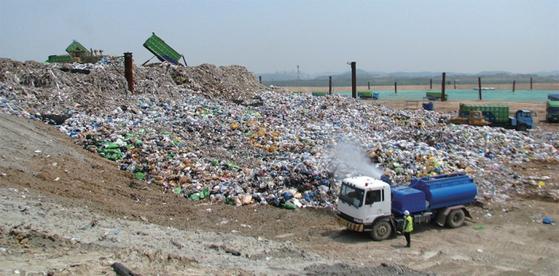 수도권 매립지 인근 주민들을 위한 가구별 현물 지원 사업의 잡음이 점점 커지고 있다.